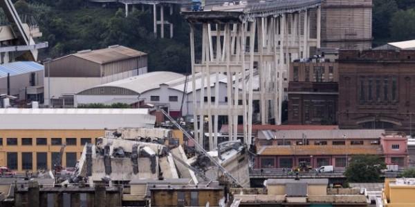 Genova-crolla-parte-di-un-ponte-sullA10-si-scava-tra-le-macerie